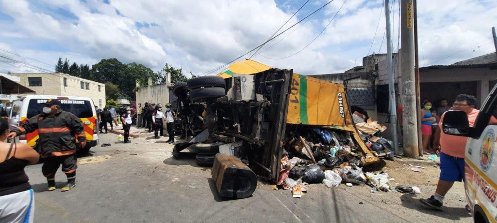 Camión recolector choca contra mototaxi y vivienda en zona 18