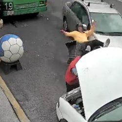 Mujer atropella a motorista y provoca que impacten con un vehículo parqueado