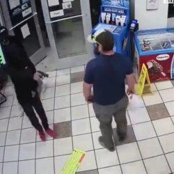 Veterano militar desarma a delincuente y frustra asalto en gasolinera