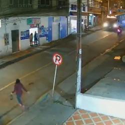 VIDEO. Mujer fue arrollada por una moto y taxi le pasó por encima